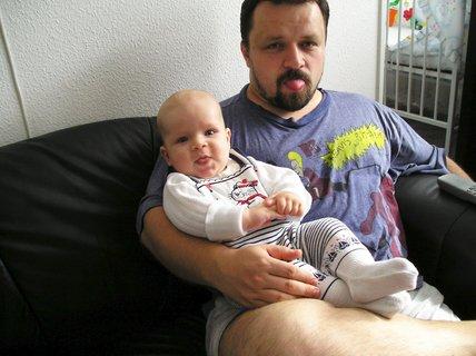 FOTKA - Koukej maminko, jak umíme oba vypláznout jazyk :-)