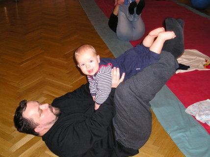 FOTKA - S tatínkem na cvičení miminek