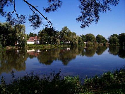 FOTKA - včerejší vyjížďka na kole_odrazy na hladině, rybník v Hrnčířích