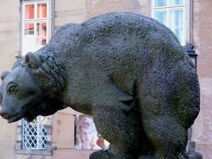 FOTKA - Medvěd klanící se k zemi u vchodu do zámku