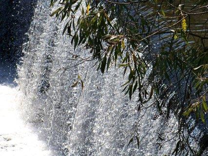 FOTKA - nedělní vyjížďka na kole - padající voda do vany rybníka...