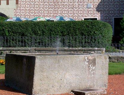 FOTKA - Kašna vytesaná z jednoho kusu kamene. Do města byla převezena na saních v r. 1663