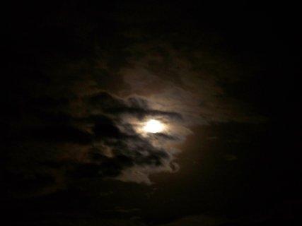 FOTKA - měsíc za mraky....