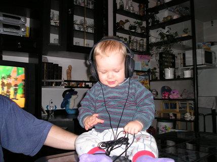 FOTKA - Musím prubnout nová tatínkova sluchátka