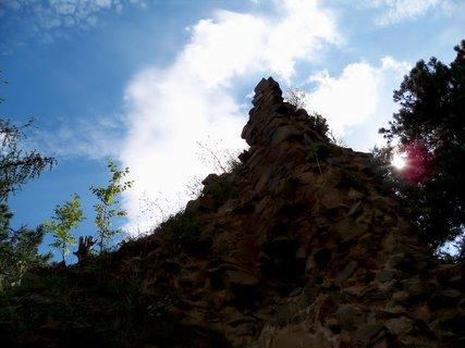 FOTKA - Modr� nebe nad z��ceninou hradu