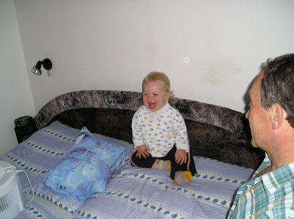 FOTKA - Polštářové hrátky s dědečkem