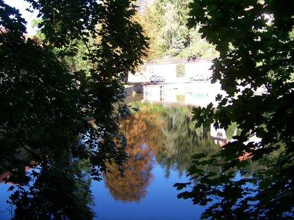 FOTKA - sobotn� proch�zka - odraz u� podzimn�ho ka�tanu