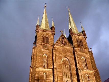 FOTKA - Chrudimský kostel při západu slunce