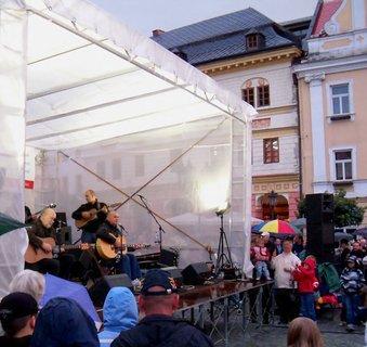 FOTKA - Koncert bratrů Nedvědů na Chrudimském náměstí