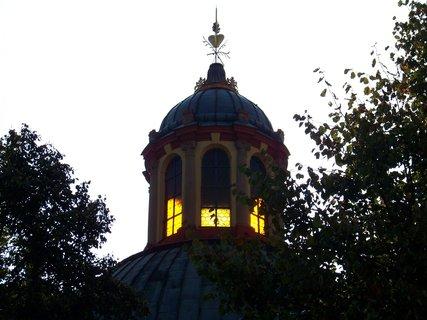 FOTKA - věž kostela ve slunci - Kunratice
