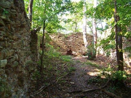 FOTKA - zříceniny Nového hradu u Kunratic, zde rád pobýval, lovil a také 16.8.1419 zemřel Václav IV.