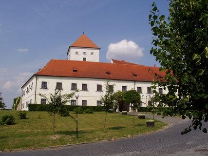 FOTKA - Čejkovice - pův. got. tvrz, dnes zámek (s hotelem a restaurací)