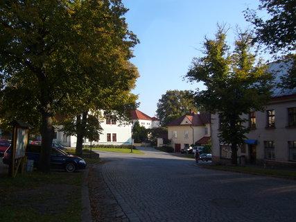 FOTKA - Cesta k zámku od náměstí