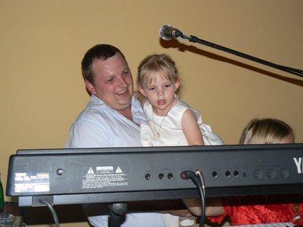 FOTKA - dcera s manželem se poukoušejí něco zahrát