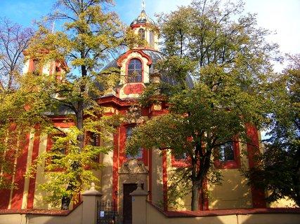 FOTKA - kostel Kunratice obklopený podzimem...