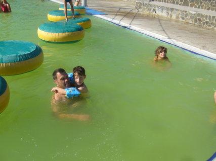 FOTKA - Venku bylo docela chladno po ránu, ale v bazénu bylo fajn
