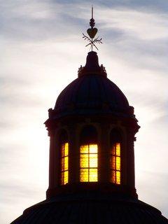 FOTKA - slunce za kopulí kostela..