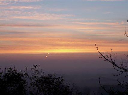 FOTKA - V dálce si dělá cestičku na nebe