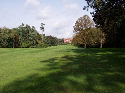 FOTKA - zámek je obklopen 18 ha angl. parkem na který navazuje rozsáhlá obora