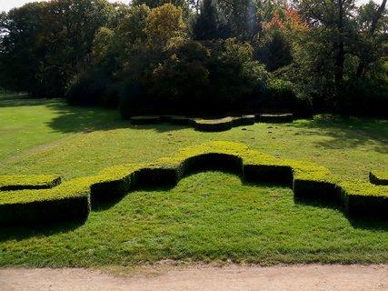 FOTKA - Zámecká upravená zahrada vedle golfoviště
