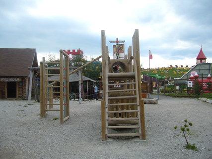 FOTKA - Dětský koutek v městečku, za ním je Tatralandie