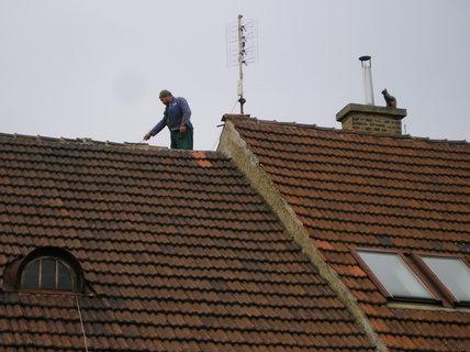 FOTKA - Spadne nebo nespadne - pokrývač na střeše u sousedů