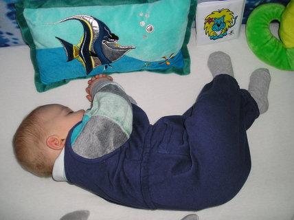 FOTKA - Tak jak jsem mamince usnul v n�ru��, spink�m d�l i v post�lce