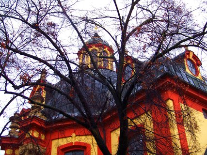 FOTKA - Kunratice, kostel skrze stromy...