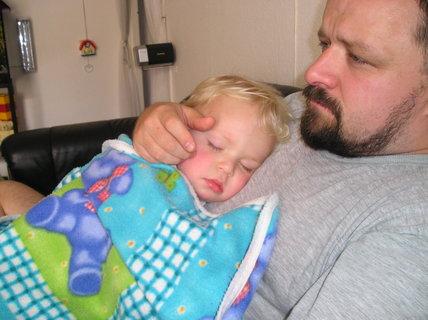FOTKA - A takhle jsem si ustlal na tatínkovi