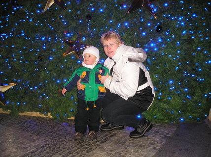 FOTKA - Jedna fotka s maminkou před stromem na Václaváku