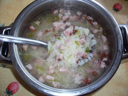 FOTKA - Polévka s uzeným masem a nudlemi