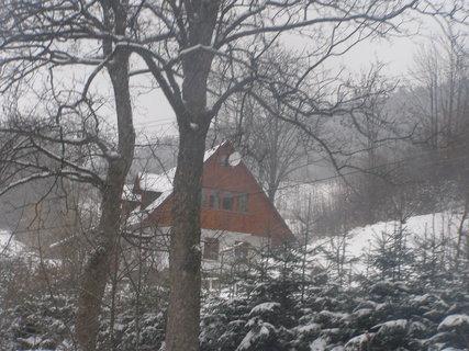 FOTKA - schovaná za stromy..
