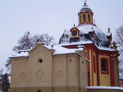 FOTKA - kunratický kostel, pohled z náměstí..