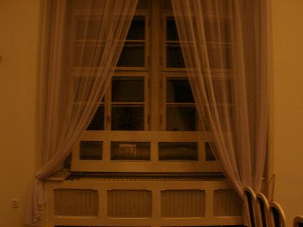 FOTKA - okno se záclonkou lehkou jako vánek