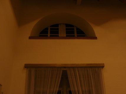 FOTKA - okno v zámeckých prostorách