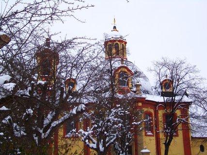 FOTKA - kostel v Kunraticích za stromy.,,,