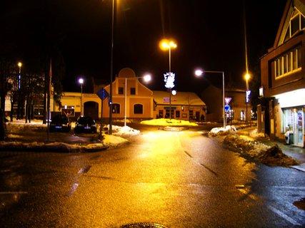 FOTKA - večerní náměstí Kunratice
