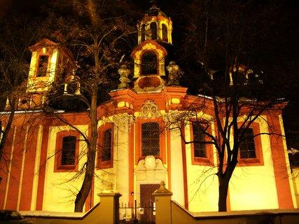 FOTKA - večerní nasvícený kostel Sv. Jakuba, Kunratice...