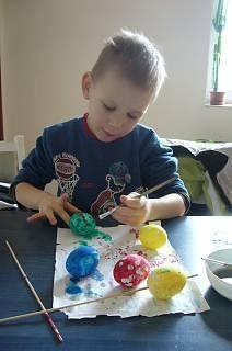 FOTKA - Daneček maluje vajíčka