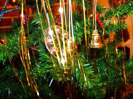 FOTKA - ozdůbky na stromku .,.,,,