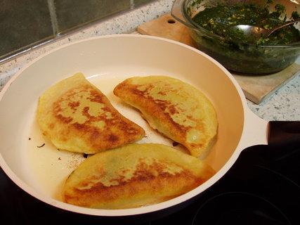 FOTKA - Bramborové kapsy (placky) plněné špenátem a kuřecím masem - recept na: http://recepty.chytrazena.cz/masita-jidla/drubezi-maso/bramborove-kapsy-placky-plnene-spenatem-a-kurecim-masem-139991.html