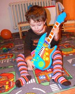 FOTKA - Tomišek s kytarou .....