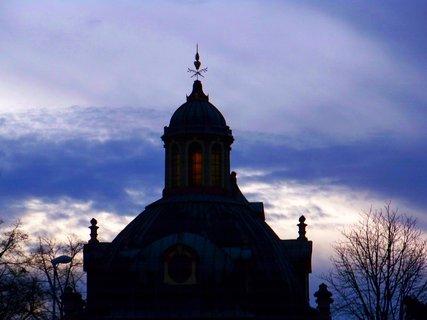 FOTKA - zbytky slunce ve věži kostela...