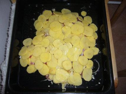 FOTKA - Bude upečené maso s brambory-přikryje se alobalem