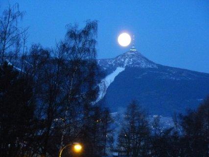 FOTKA - Měsíc versus Ještěd