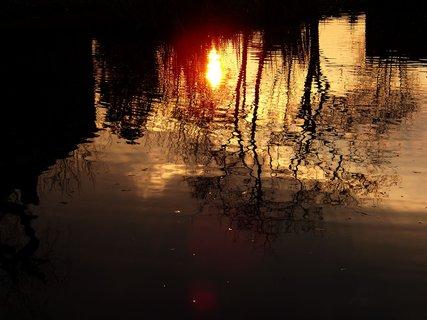 FOTKA - podvečerní procházka 27.3.11, odraz slunce na hladině