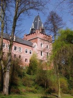 FOTKA - Červený Hrádek lze navštívit jen v době konání akcí, jako jsou koncerty vážné hudby, Pohádkový les, svatby ap.
