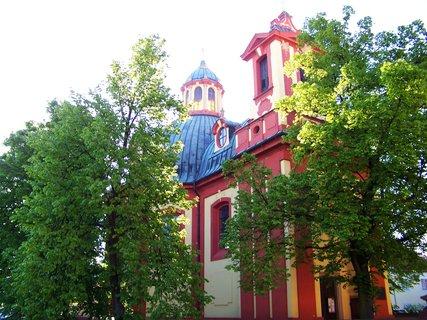 FOTKA - Kunratický kostel s rozkvetlými stromy...